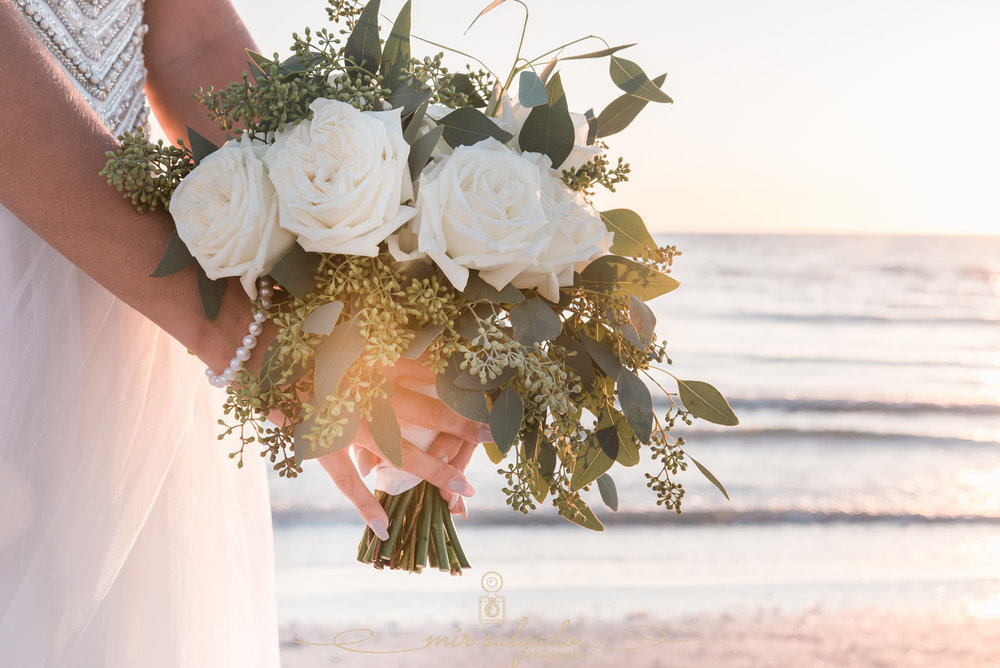 beach-wedding-bouquet, bride-wedding-photo