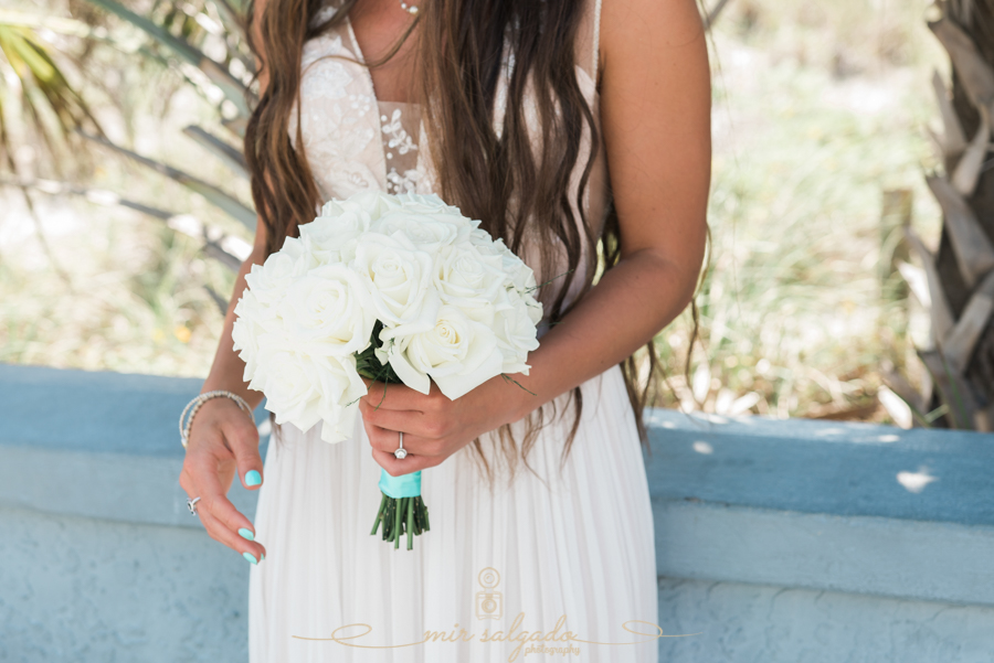 White-bouquet-photo, beach-wedding-photo, bride-and-white-bouquet