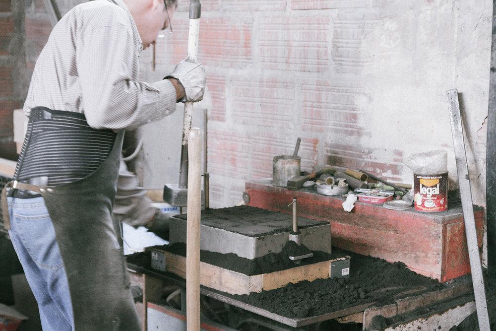 Traditionnel sand cast technique for our bronze pieces.