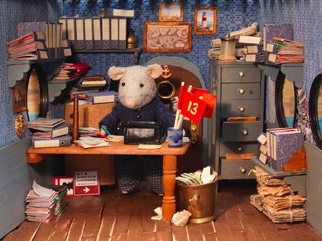 It's monday again, time to get to work! Have a good day! #monday #mondaymorning #themousemansion #mousemansion #studioschaapman #schaapman #karinaschaapman #dollhouse #miniatures #mini #handmade #diy #crafts #tutorial #kids #children #childrensbooks #picturebook #dummysek #museneshus #lamaisondesouris #dasmausehaus #azegertanya #villatopi #mysidomek #mushuset #lacasadelsratolins #lacasadelosratones #fareevi