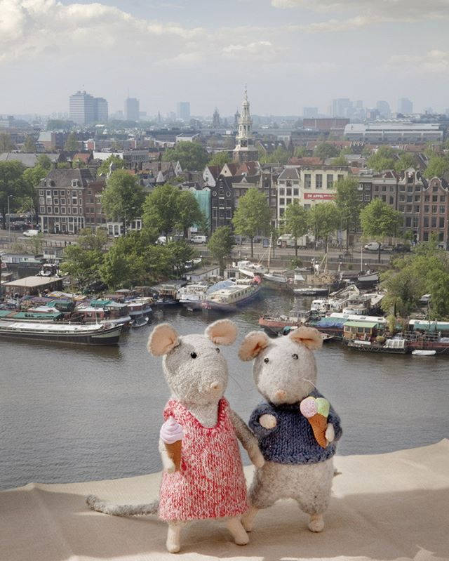 What a beautiful day here in Amsterdam! ☀️☀️☀️ Sam & Julia are on the top of the public library in Amsterdam (OBA). On the children's department, you can visit the real Mouse Mansion! Have you ever been there? #themousemansion #mousemansion #studioschaapman #schaapman #karinaschaapman #dollhouse #miniatures #mini #handmade #diy #crafts #tutorial #kids #children #childrensbooks #picturebook #dummysek #museneshus #lamaisondesouris #dasmausehaus #azegertanya #villatopi #mysidomek #mushuset #lacasadelsratolins #lacasadelosratones #fareevi
