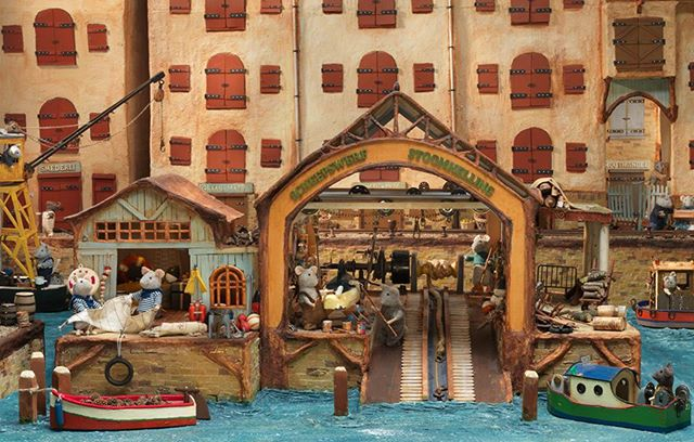 This mouse mansion scene is inspired by the shipyard in Amsterdam, 't Kromhout.  #themousemansion #mousemansion #studioschaapman #schaapman #karinaschaapman #dollhouse #miniatures #mini #handmade #diy #crafts #tutorial #kids #children #childrensbooks #picturebook #dummysek #museneshus #lamaisondesouris #dasmausehaus #azegertanya #villatopi #mysidomek #mushuset #lacasadelsratolins #lacasadelosratones #fareevi