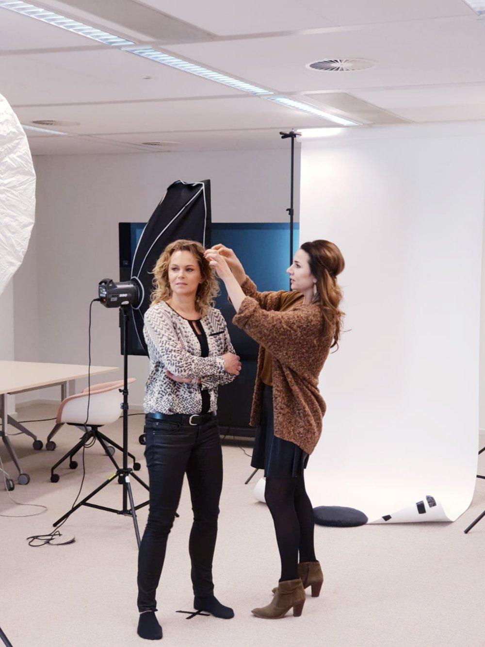- Profielfoto's op locatie samen met Annemiek Wijsman