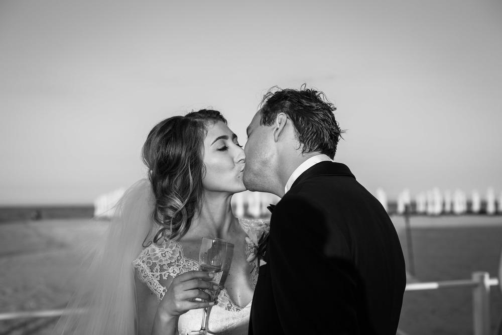 34_Wedding-Reportage-Reception-Kiss.jpg