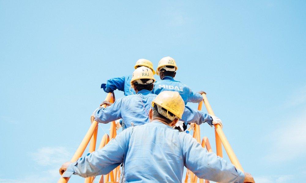 Il collocamento mirato (L.68/99) - La legge 68/99 prevede l'inserimento e l'integrazione lavorativa delle persone affette da disabilità al fine di garantirne il diritto al lavoro grazie a politiche di sostegno e attraverso servizi di collocamento mirato. Questa legge è rivolta alle aziende con almeno 15 dipendenti e prevede l'obbligo di inserimento, all'interno del proprio organico, di personale appartenente alle categorie protette.Per le aziende che occupano più di 50 dipendenti, la quota di lavoratori disabili deve essere pari al 7%; da 36 a 50 dipendenti è prevista l'assunzione di 2 lavoratori disabili; da 15 a 35 dipendenti vige l'obbligo di assunzione di un lavoratore affetto da disabilità.