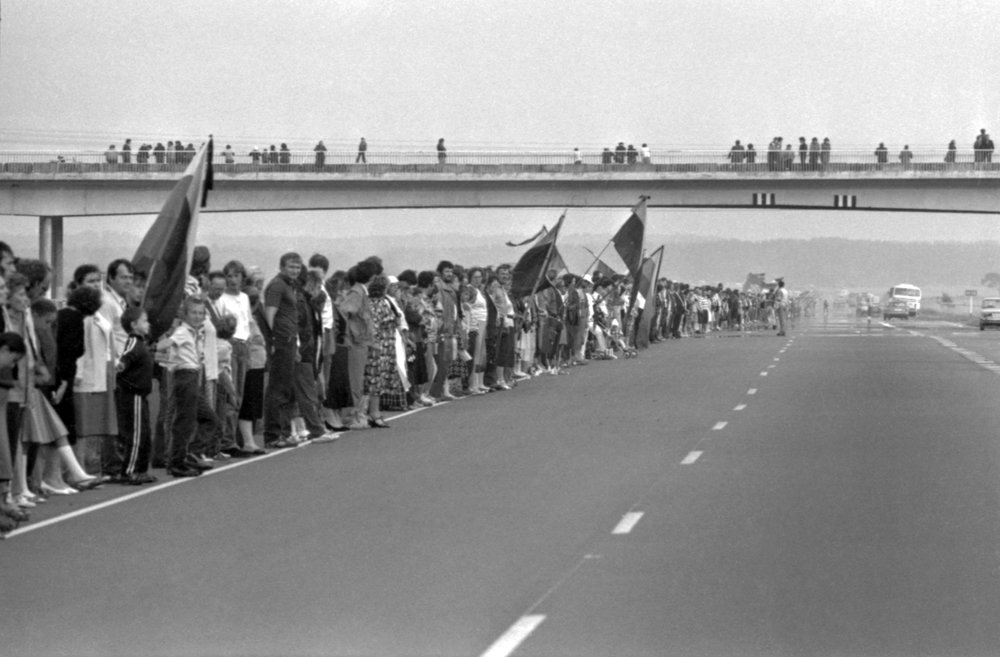 The baltic chain, highway 2, ukmerge, near vilnius. august 23rd 1989. part of the 600 km human chain that stretched from vilnius,lithuania  through Riga,Latvia to tallinn, Estonia  Photo: Vladas Siavinskas, Lithuanian central state archive