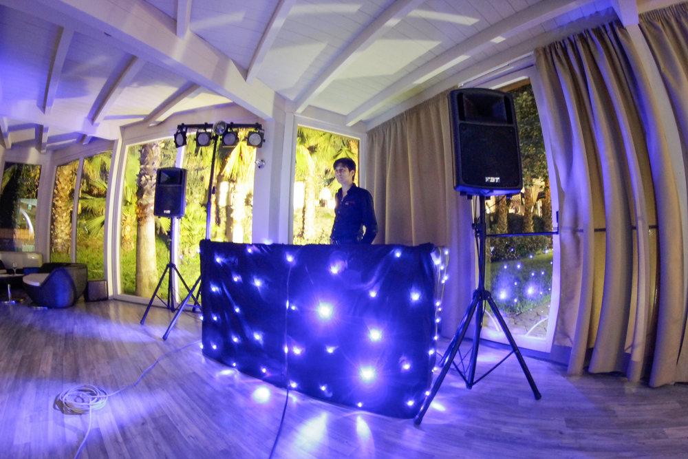 DJ per 18esimi - 159€ invece di 400,00€Valida solo per Feste di 18 Anni a Catania cittáOrganizza il tuo diciottesimo compleanno come una vera discoteca. Luci, audio e balli con i tuoi generi musicali e canzoni preferiti.