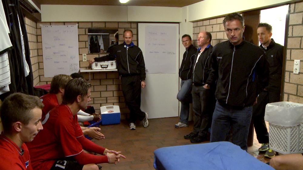 Cheftrainer Christian Wück in der Kabine mit den VDV Spielern