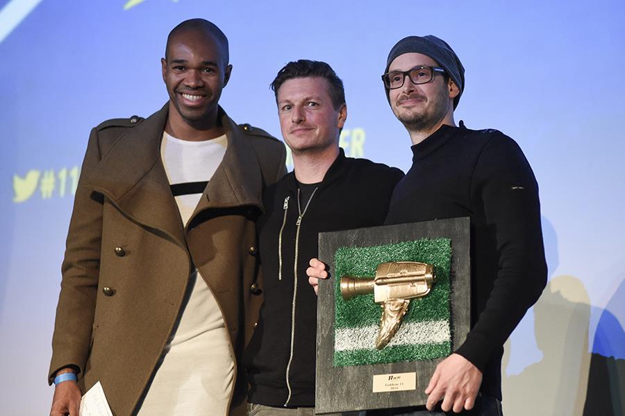 Vfl Wolfsburg Spieler und ehemaliger brasilianischer Nationalspieler Naldo (li.) überreichte die Goldene 11 für den besten Film an Regisseur Mehdi Benhadj-Djilali (re.) und Protagonist Nico Frommer