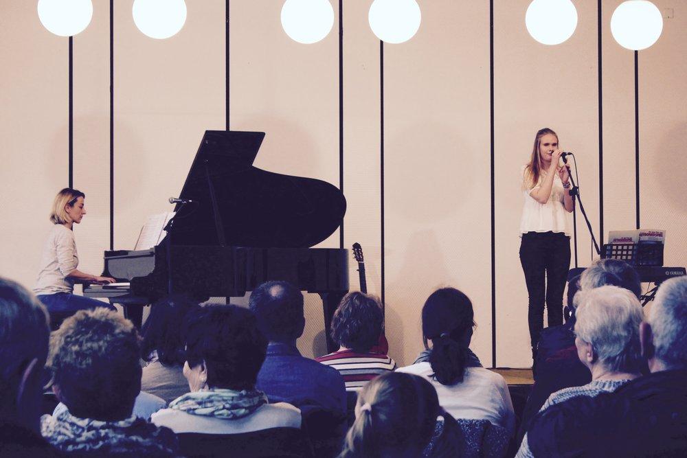 """Melina Baldzun hat """"Not About Angles"""" von Birdy vorgesungen. Begleitet wurde sie dabei von ihrer Gesanglehrerin Seda Temel."""