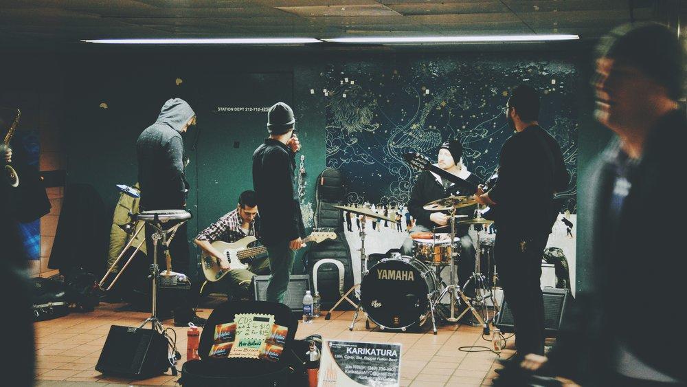 Live Bands - Was wäre ein Geburtstag ohne Musik? Ab 18:00 Uhr gibt's live etwas auf die Ohren.