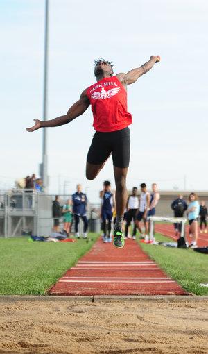 Park Hill track's Glaywulu sets KU Relays triple jump record Image