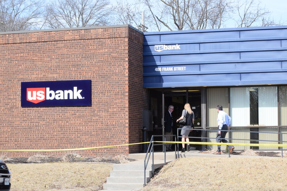 BRYCE MERENESS/Citizen photo Authorities enter the U.S. Bank at 400 Frank Street in Edgerton, Mo., after a robbery about noon on Tuesday, Feb. 27. A person of interest was later apprehended after a brief pursuit by multiple law enforcement agencies in Kansas City, Mo.