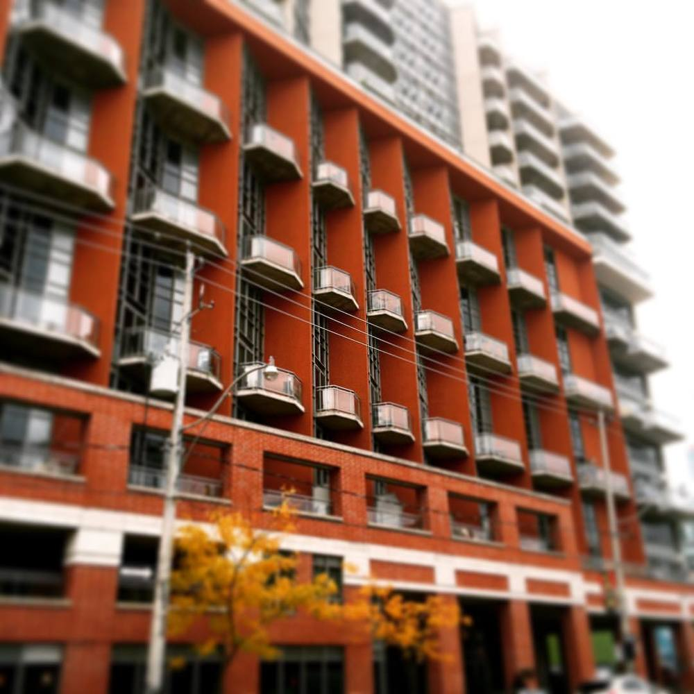 #spacelofts one of the most underrated buildings in the lower east side… Ample light, 2 storey units, great location. Close to #thevue #posthousecondos #modernonrichmond.  (at Space Lofts)