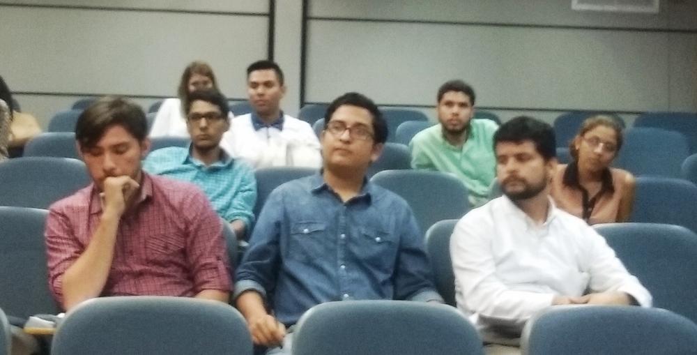 Guillermo atrás a la izquierda, de celeste. Durante la charla en enero, antes de ser elegido como ganador.