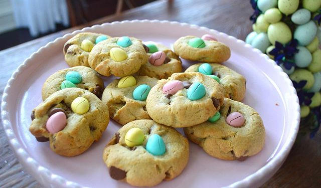 Recipe for MINI EGG EASTER COOKIES up on the scrumptious blog soon today! These cookies the perfect Easter treat! Blog link in bio🌈🐰🍪🐣#happyeaster #minieggs #eastertreats #yummy #foodblogger #easter #eastereggs #baking
