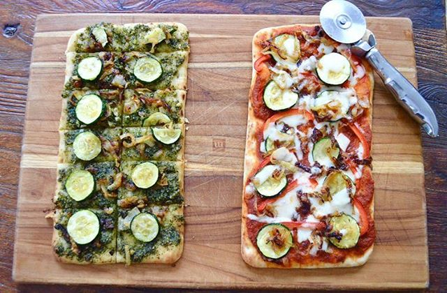 Easy Pizza flatbreads 2 ways up on the blog today🍕🍕Link is in bio #pizza #food #foodblog #yum #lunch #dinner