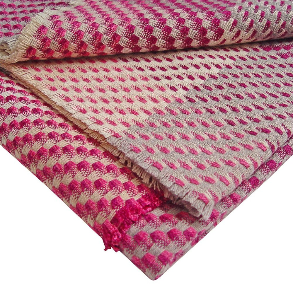 MAGENTA THROW DETAIL