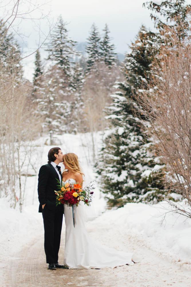 winter-wedding-red-bouquet-ideas.jpg