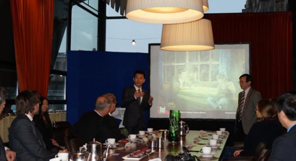 卞青峰先生(左)与释恒群先生(右)在介绍泰山集团创业史