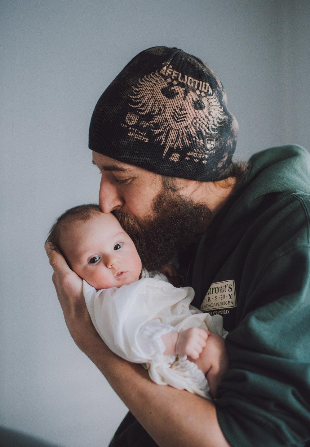 dad-kiss-newborn-lifestyle-photography20.jpg