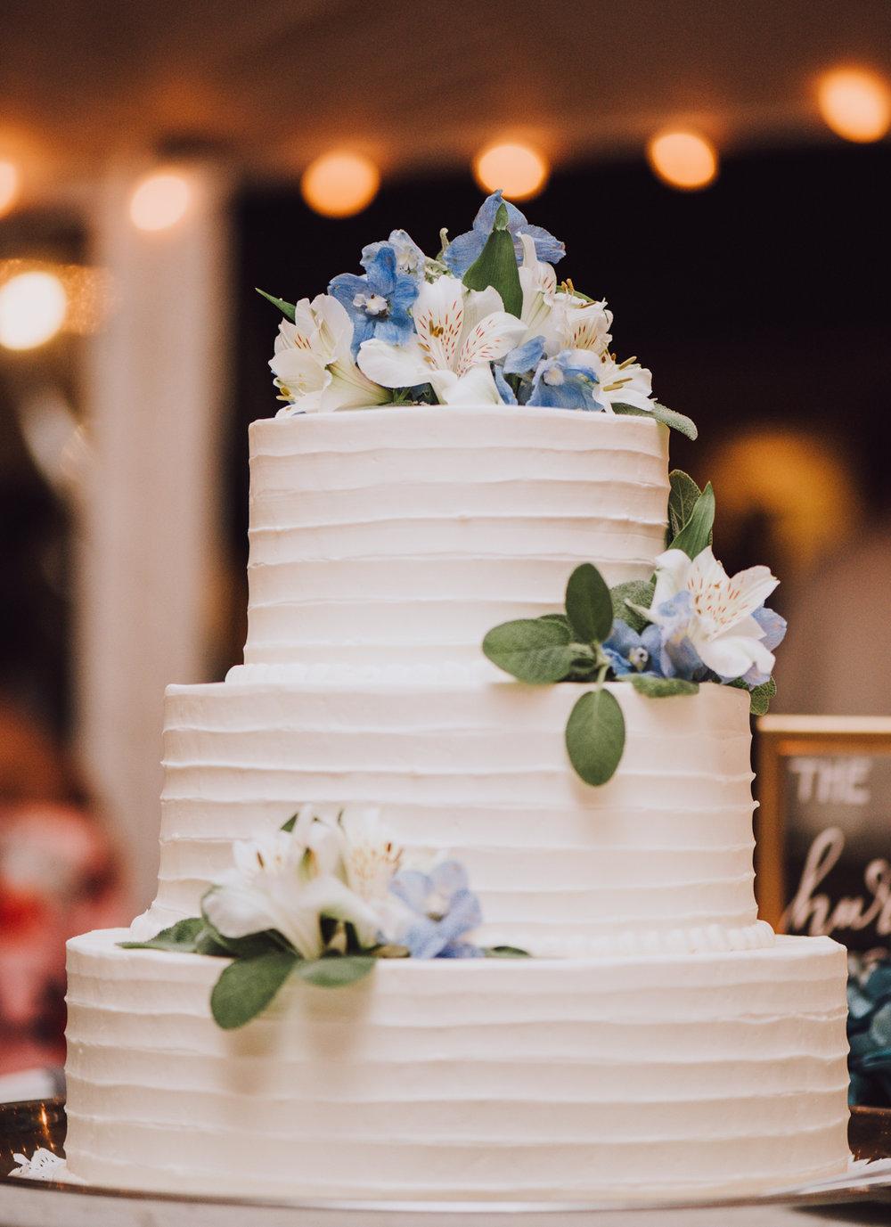 maureen_evan_wedding_wedding_cake_black_dog_bakery_marthas_vineyard-4316.jpg