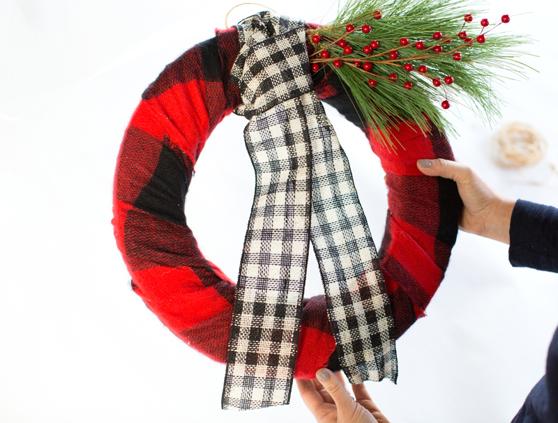 DIY_ScarfWreath_Ampersand_Command11