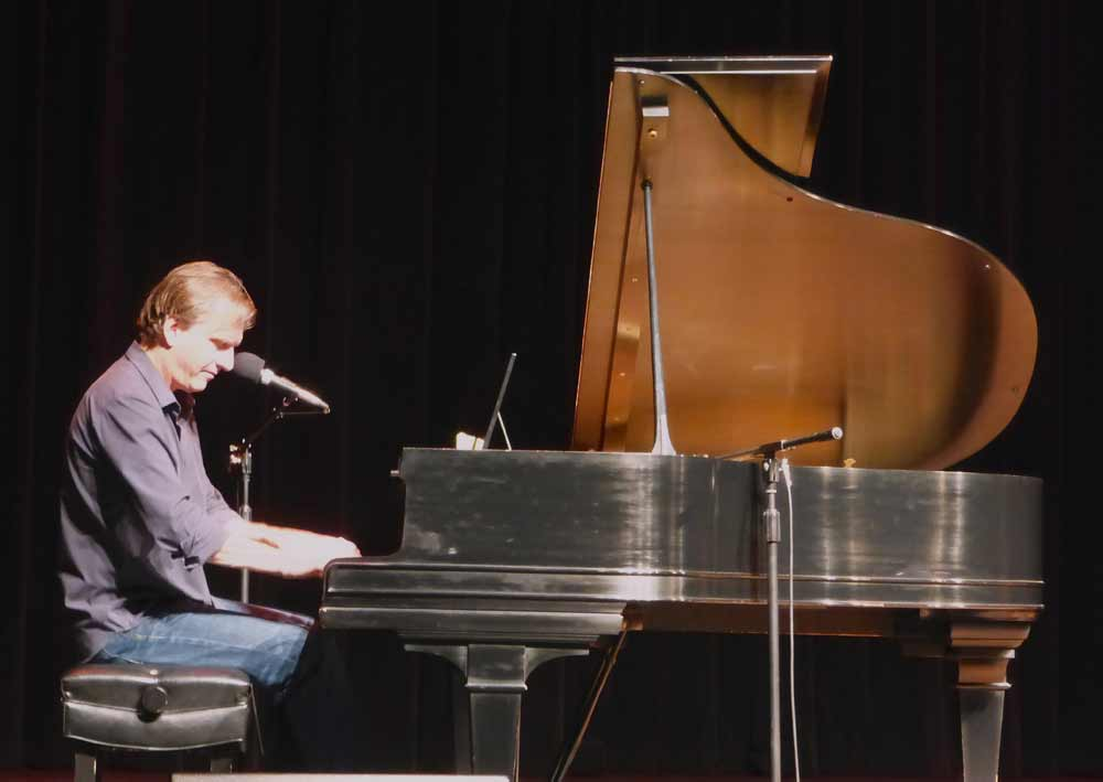 Ellis_Paul_performs_at_Trueblood_PAC_02.jpg