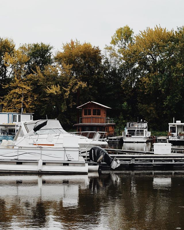 Raise your hand if you'd live in this little wooden houseboat 🙋🏻♀️ missing home already. Hope everyone had a relaxing Thanksgiving weekend!
