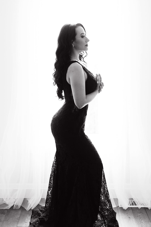 Renita in black lace. A classic.