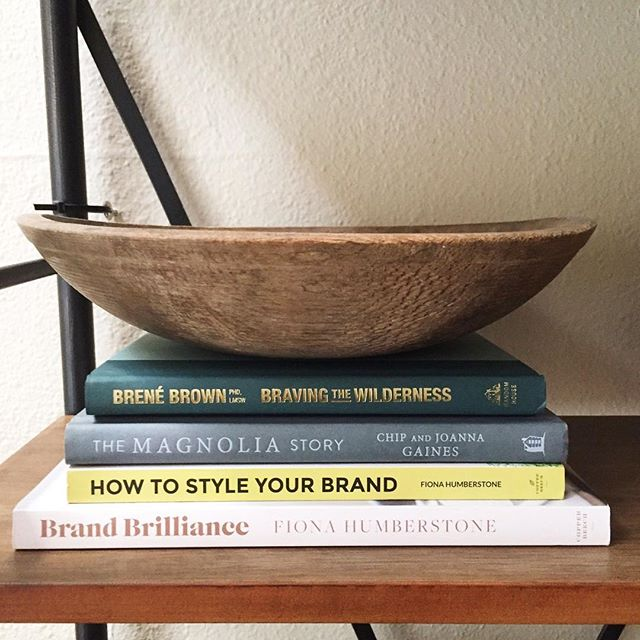 Simple shelf decorating hack: Remove the book sleeves from your favorite books before you stack 'em up. Less simple shelf decorating hack: spend approximately 2 hours wandering through an antique mall before you stumble on the most perfect bowl to sit atop said books 👌🏼📚 #shelfie #shelfiestyling
