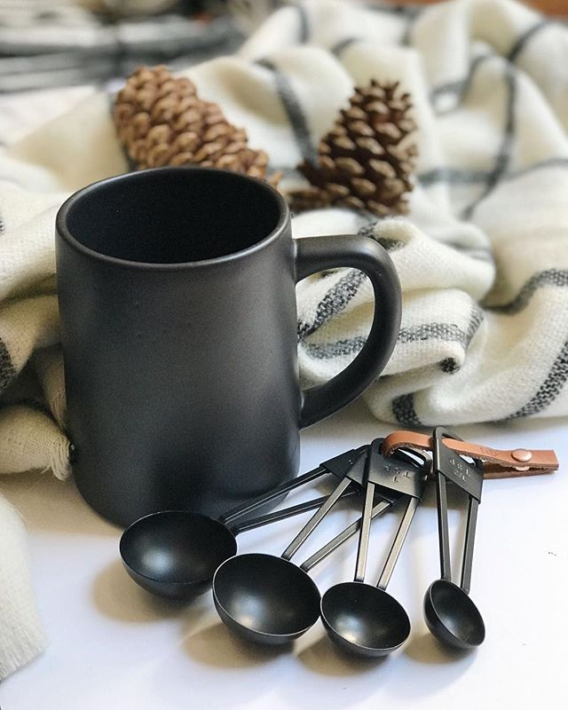 Rainy day vibes 🌧☃️ Baking + gift wrapping are on the agenda today. So thankful for a few days to slow down and enjoy the magic of the season 🖤 Here's to a cozy day!