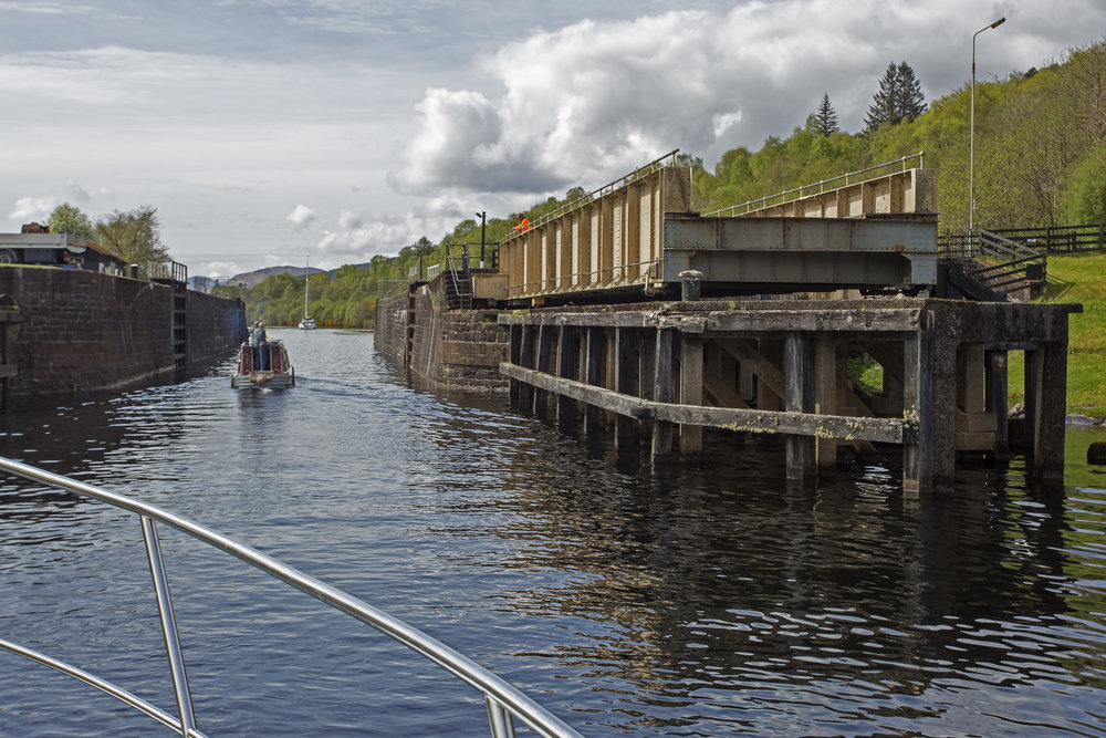 Because of the sailboat they have to open the swing bridge at Moy to let our little convoy through.
