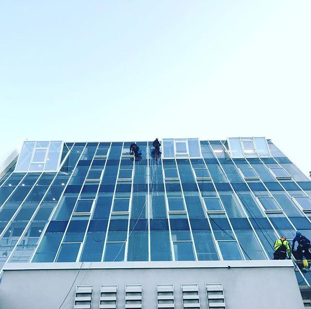 #Fassadenreinigung durch #industriekletterer  #Reinigungsarbeiten an einer #Hochhaus #fassade mit #AERMAX