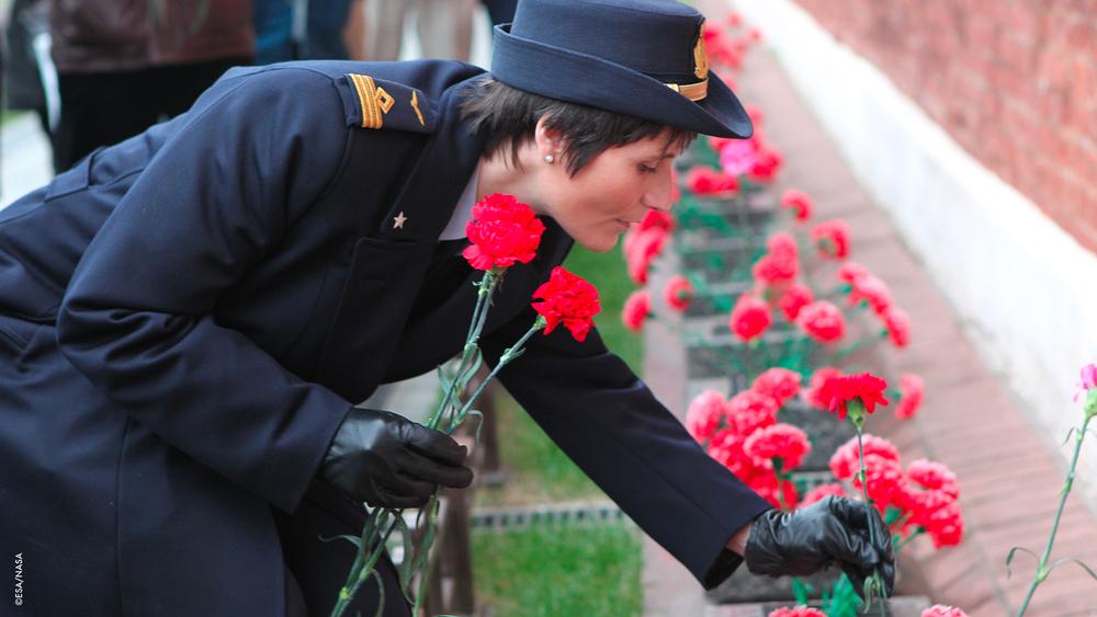 Samantha posa dei fiori sulla tomba di Yuri Gagarin.