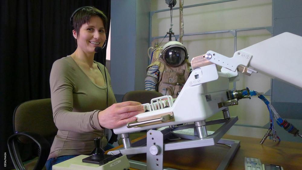 Allenamento ERA  Manovrando il braccio robotico europeo per il controllo dei pannelli esterni, adoperato dai membri dell'equipaggio ERA.