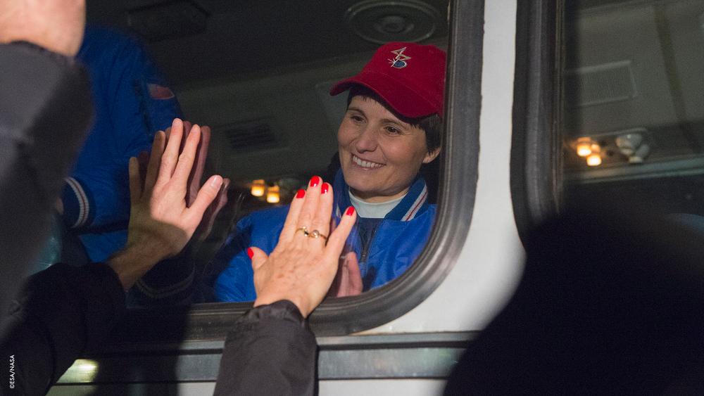 Addii attraverso il finestrino dell'autobus.  Samantha saluta la famiglia e gli amici,prima di partire per il Cosmonaut Hotel per prepararsi al lancio della Soyuz nella Stazione Spaziale Internazionale, a Baikonur,Kazakistan, il 23 Novembre 2014.