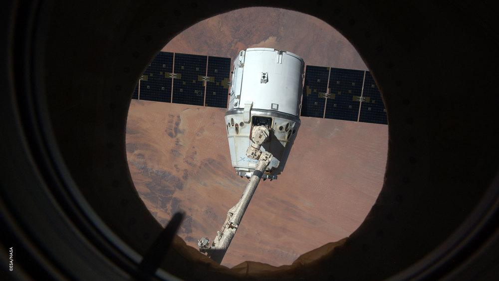 Il Dragon (capsula orbitante da trasporto) nella posizione di rilascio.