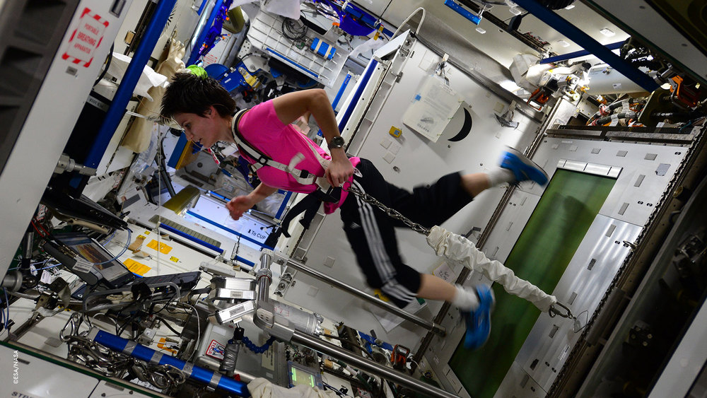Correndo sul nostro tapis roulant T2. Qui sulla #ISS (Stazione Spaziale Internazionale) abbiamo bisogno di un'imbracatura per non fluttuare via!