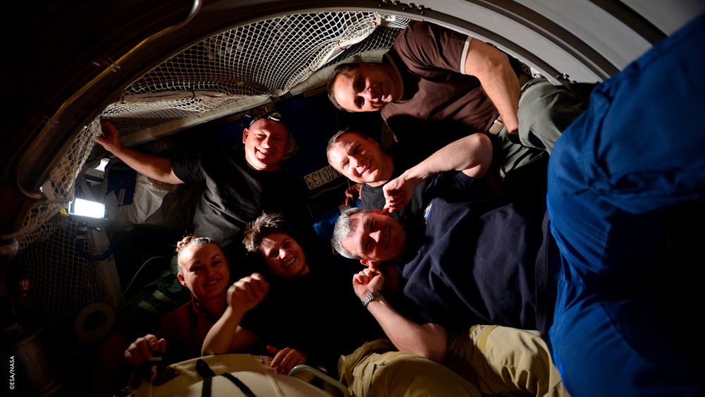 Foto di gruppo nel #ATV5 prima di chiudere il portello lo scorso venerdì. È stato difficile incastrare tutti e 6 in questo piccolo spazio!