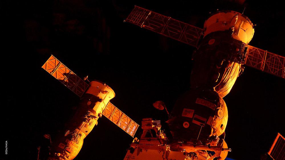 Vi ho mai detto di quanto mi piace quando la Stazione Spaziale viene coccolata in questo abbraccio arancione?