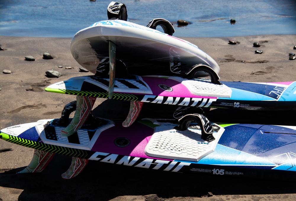 Fanatic Boarders Center - Gran Canaria - centro de windsurf, cursos, alquiler, North Windsurf, ION    Fanatic Boarders Center es la primera escuela de windsurf en Gran Canaria tambien la más grande y la mejor. Ubicado en Bahía Feliz, entre famoso Pozo Izquierdo y centros turísticos de Maspalomas y Playa del Inglés, Gran Canaria FBC se coloca en los terrenos de la Hotel Orchidea.    Centro ofrece las tablas de de Fanatic, velas de North y también kayaks y tablas de SUP.    La pequeña playa recibe el viento constante de la izquierda o la derecha dentro de la bahia se encuentra una aqua plana y de vez en cuando las olas para surfear. Las condiciones son ideales para speed, entrenamiento de freestyle y slalom, las condiciones más tranquilas y mas adecuadas para principiantes, a través de intermediarios, se pueden encontrar por la manana.    Cuando se presentan mejores condiciones en Pozo, Vargas, Arinaga o Burrero, ofrecemos nuestro paquete de excursión exclusiva para visitar esos lugares.    clases para niños / cursos de windsurf / windsurf bahía feliz / escuela de windsurf / windsurf españa / clases de windsurf / clases de kitesurf / surfing / centro de windsurf / windsurf para niños / alquiler de material de windsurf / alquiler de tablas / reparación de tablas / sitios de windsurf / vacaciones de windsurf / guardatabla / tienda de windsurf / deporte / velas de windsurf / españa / clases de sup alquiler de sup / clases de kitesurf / alquiler de kite / surf / ola / material de windsurf / entrenamiento de windsurf / campos de windsurf / vacaciones / campamentos de windsurf / vacaciones activas / deportes acuaticos / actividades deportivas / centro de deportes acuáticos / playa / mar