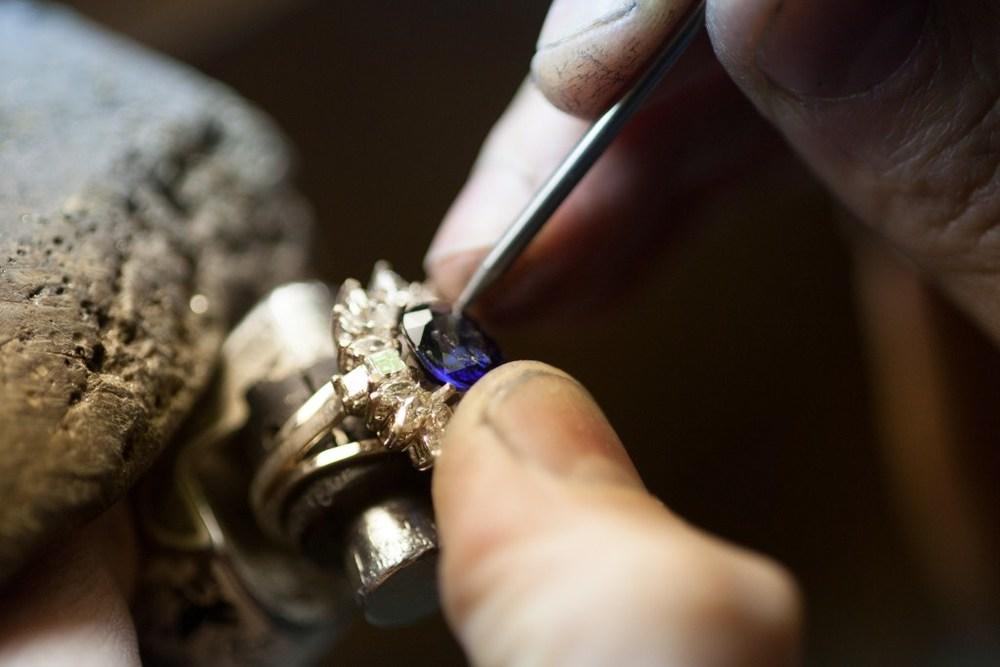 Original image from  arielgaragorri.com  .A gemstone is set into a prong setting.