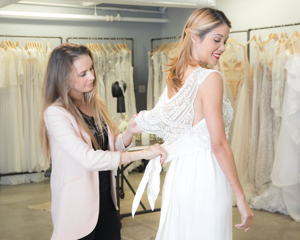 Martina de The Bridal Project ajustándome el vestido de novia Madison de Anna Campbell
