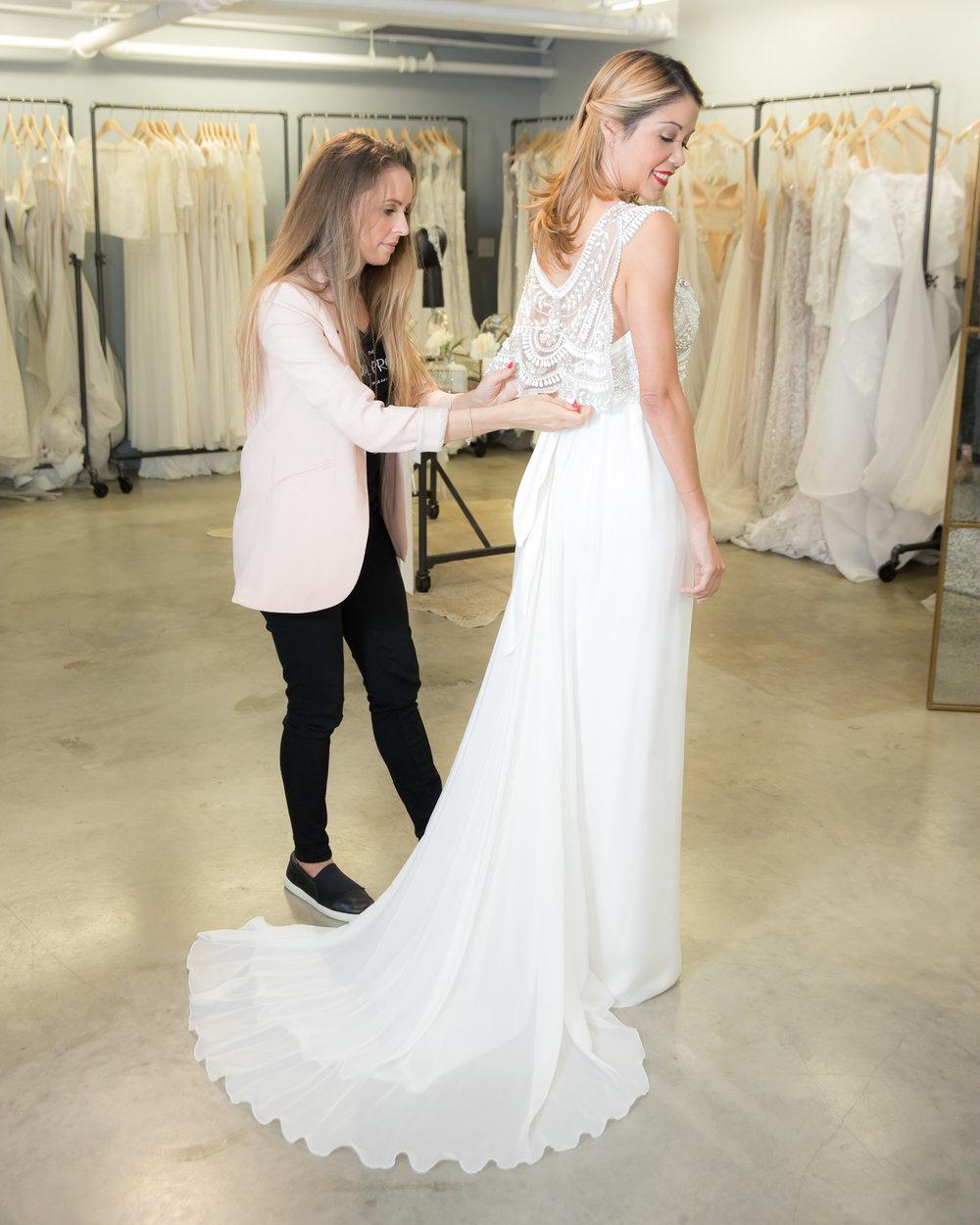 Detalle final con el vestido de novia Madison de Anna Campbell