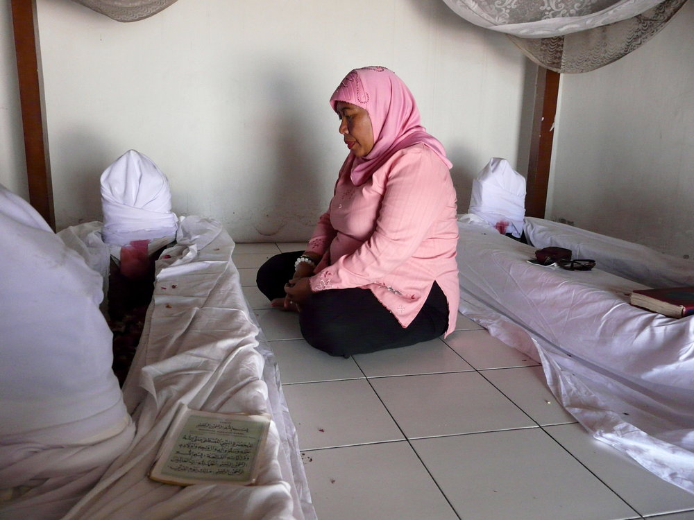 A woman prays at the tomb of a Muslim saint in Southern Java. (Photo taken by the author.)