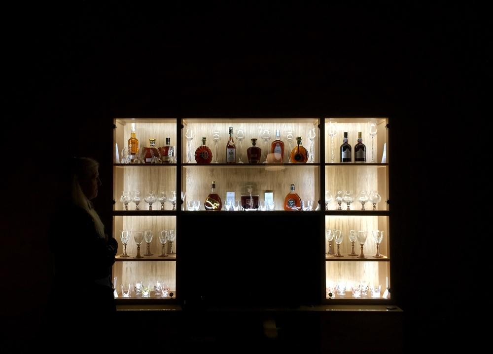 Nová vitrína na cognac a whiskey v Herálci so sklom od Bořka Šípka. Pocta tomuto skvelému dizajnérovi, architektovi, umelcovi....
