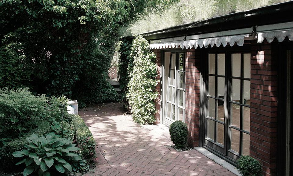 Das Sporthaus mit Sauna liegt versteckt im Garten