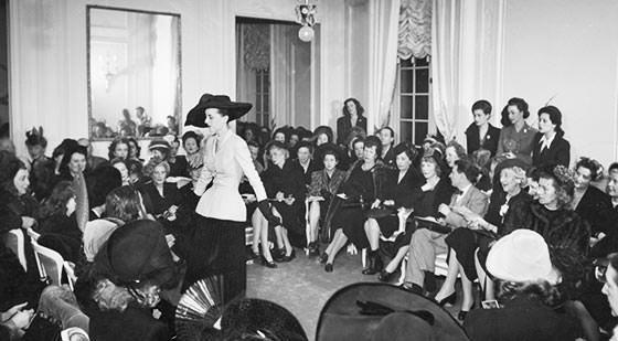Le fameux tailleur Bar lors du premier défilé de Christian Dior en 1947. Photo: www.dior.com