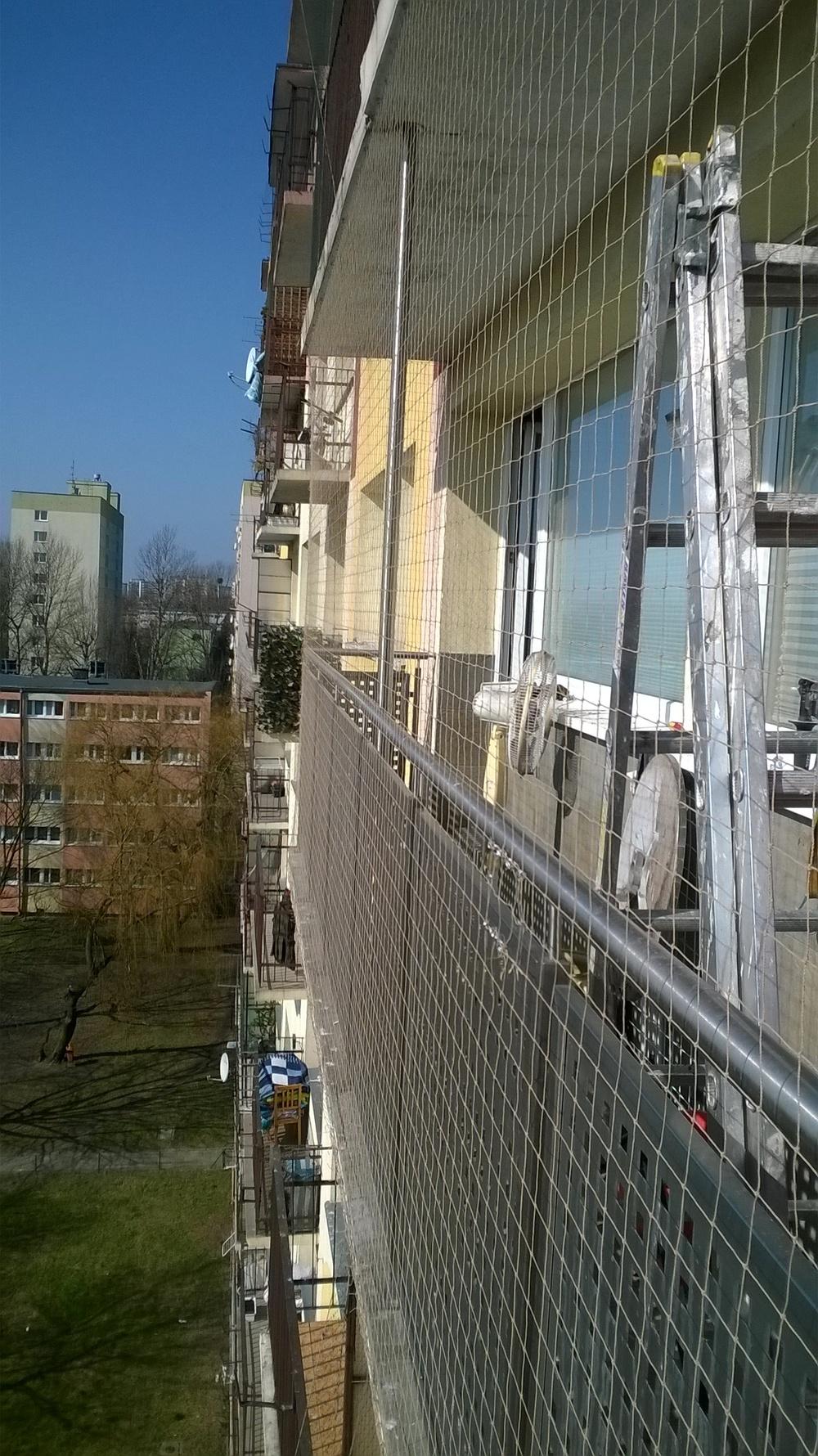 Montaż siatki chroniącej balkon przed gołębiami